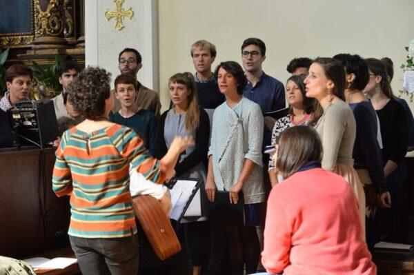 Un coro in chiesa
